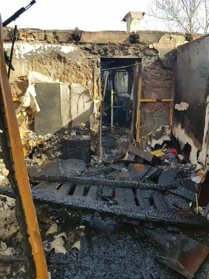Под Мариуполем многодетная семья осталась без дома из-за пожара,  - ФОТО, фото-2