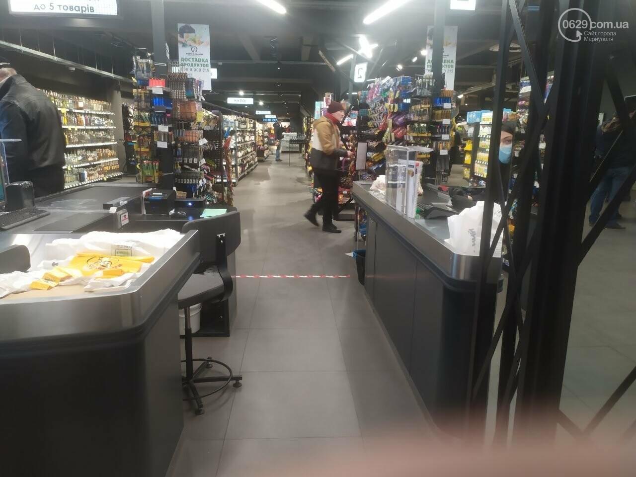 Разметка, санитайзеры и защитная пленка. Как в Мариуполе предприятия и магазины заботятся о своих сотрудниках. - ФОТО, фото-1