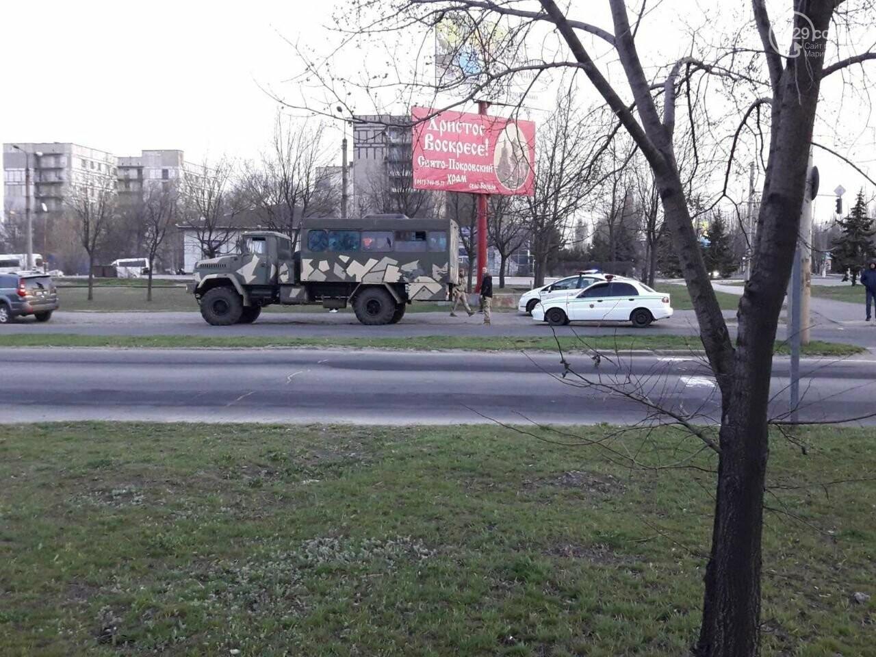 """В Мариуполе """"Ниссан"""" столкнулся с военным """"КРаЗ"""", - ФОТО, фото-1"""