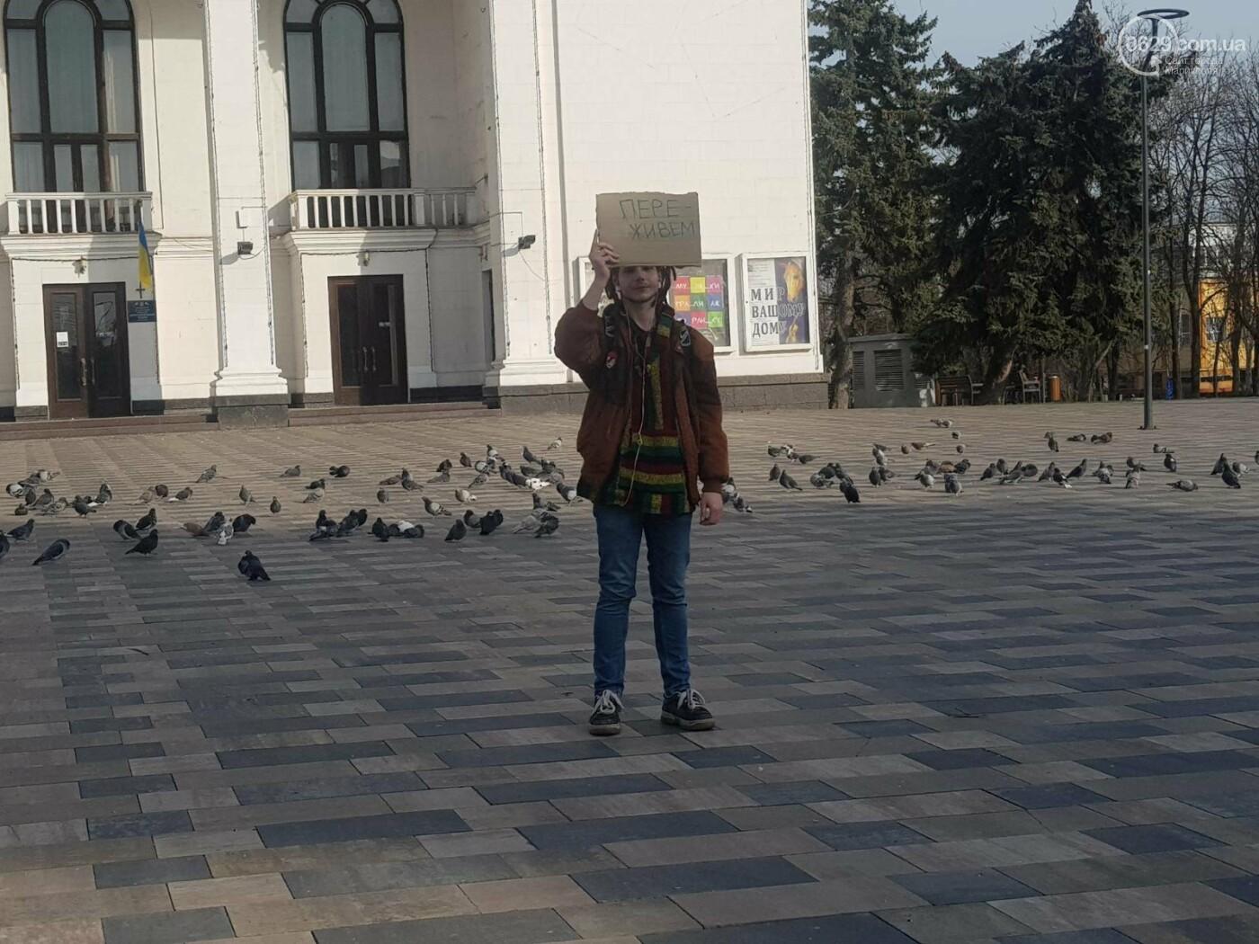 «Переживем!» В Мариуполе одинокий пикетчик помогает горожанам справляться с депрессией, - ФОТО, фото-1