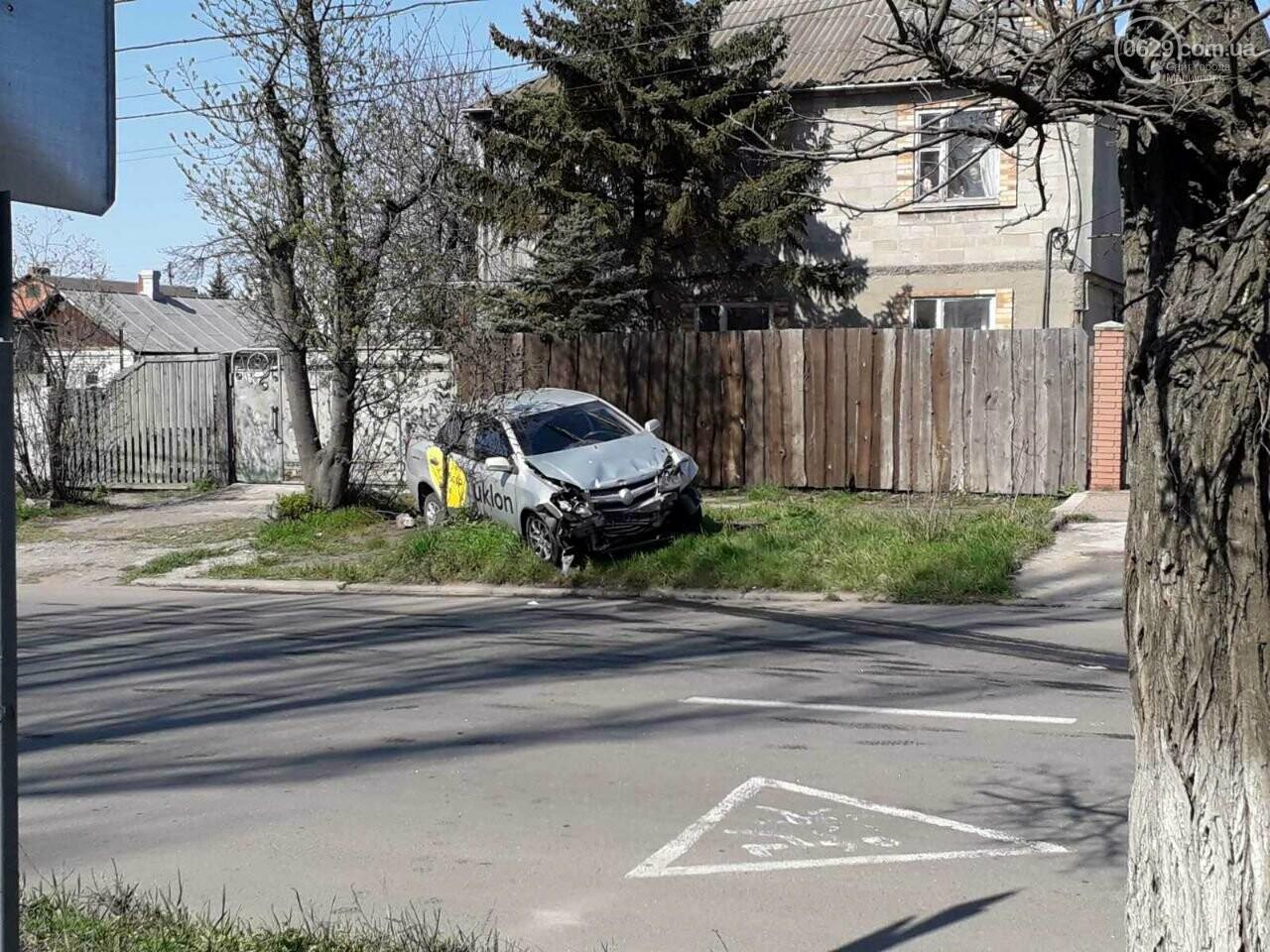 Тройное ДТП с пострадавшими. В Мариуполе столкнулись две легковушки и грузовик,  - ФОТО, фото-1