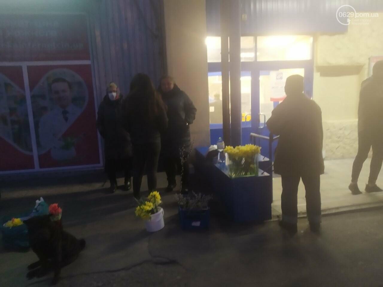 Уличная торговля во время карантина. В Мариуполе продавцы цветов устроили скандал с полицейскими, - ВИДЕО, фото-3