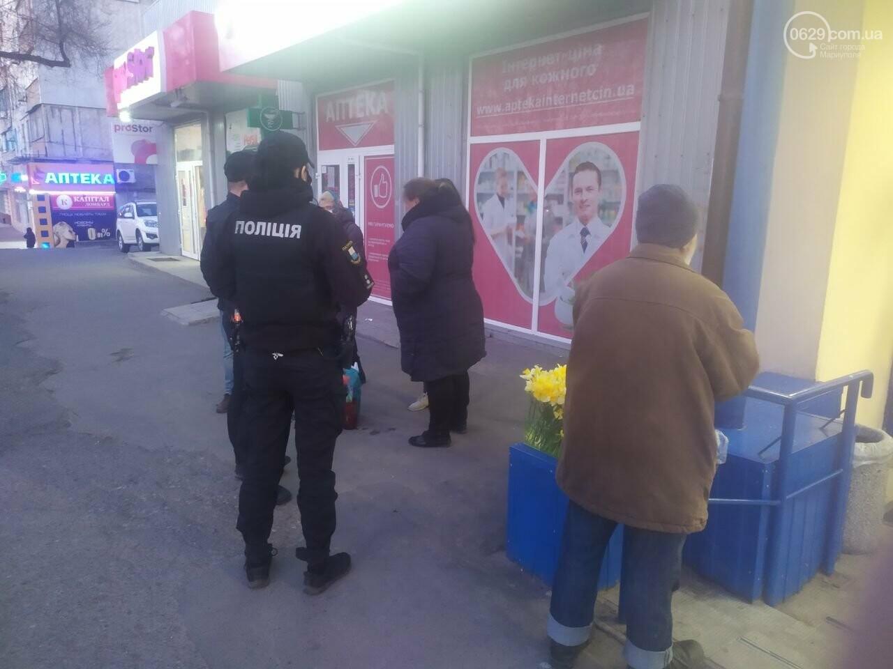 Уличная торговля во время карантина. В Мариуполе продавцы цветов устроили скандал с полицейскими, - ВИДЕО, фото-2