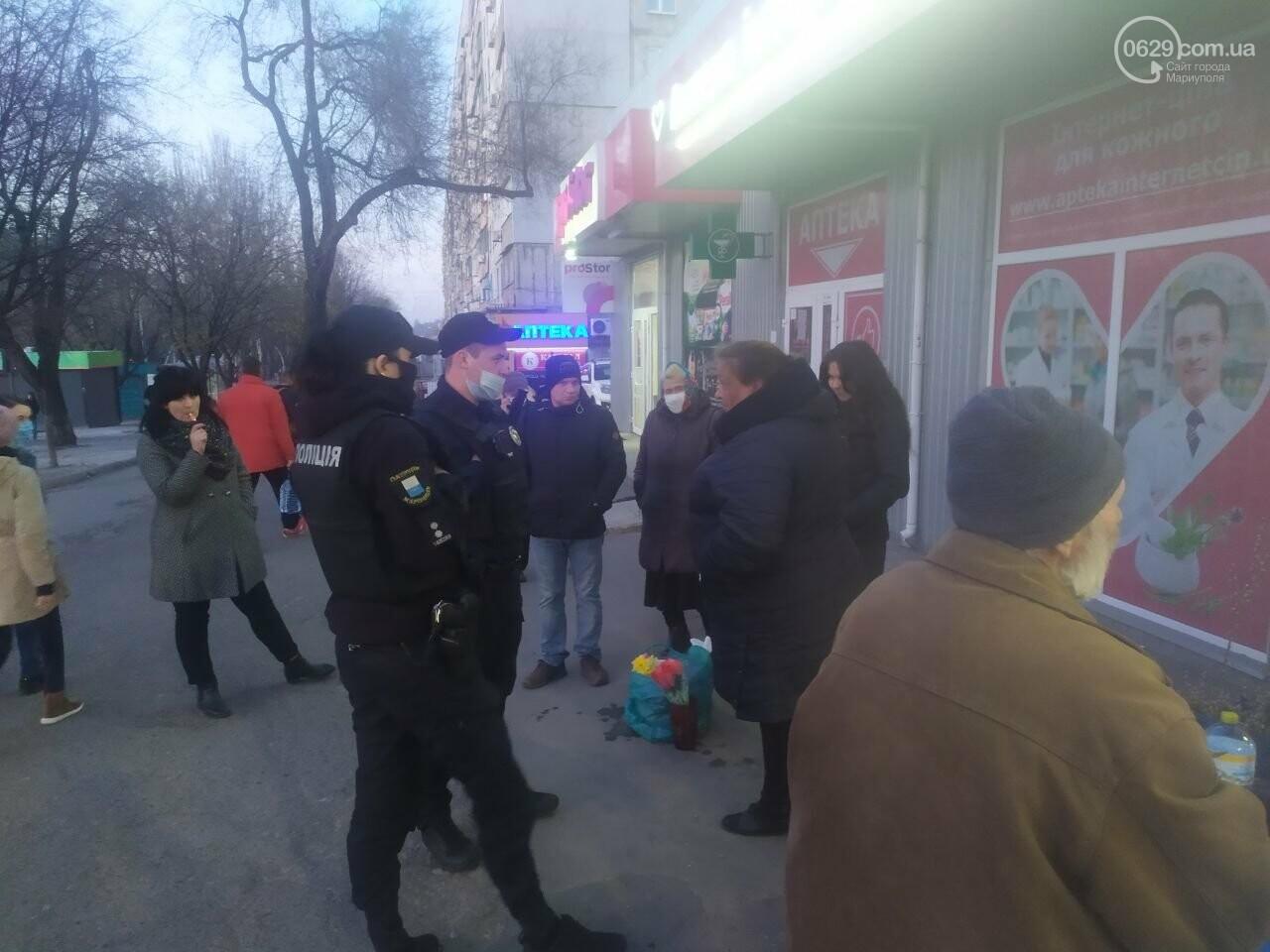Уличная торговля во время карантина. В Мариуполе продавцы цветов устроили скандал с полицейскими, - ВИДЕО, фото-1