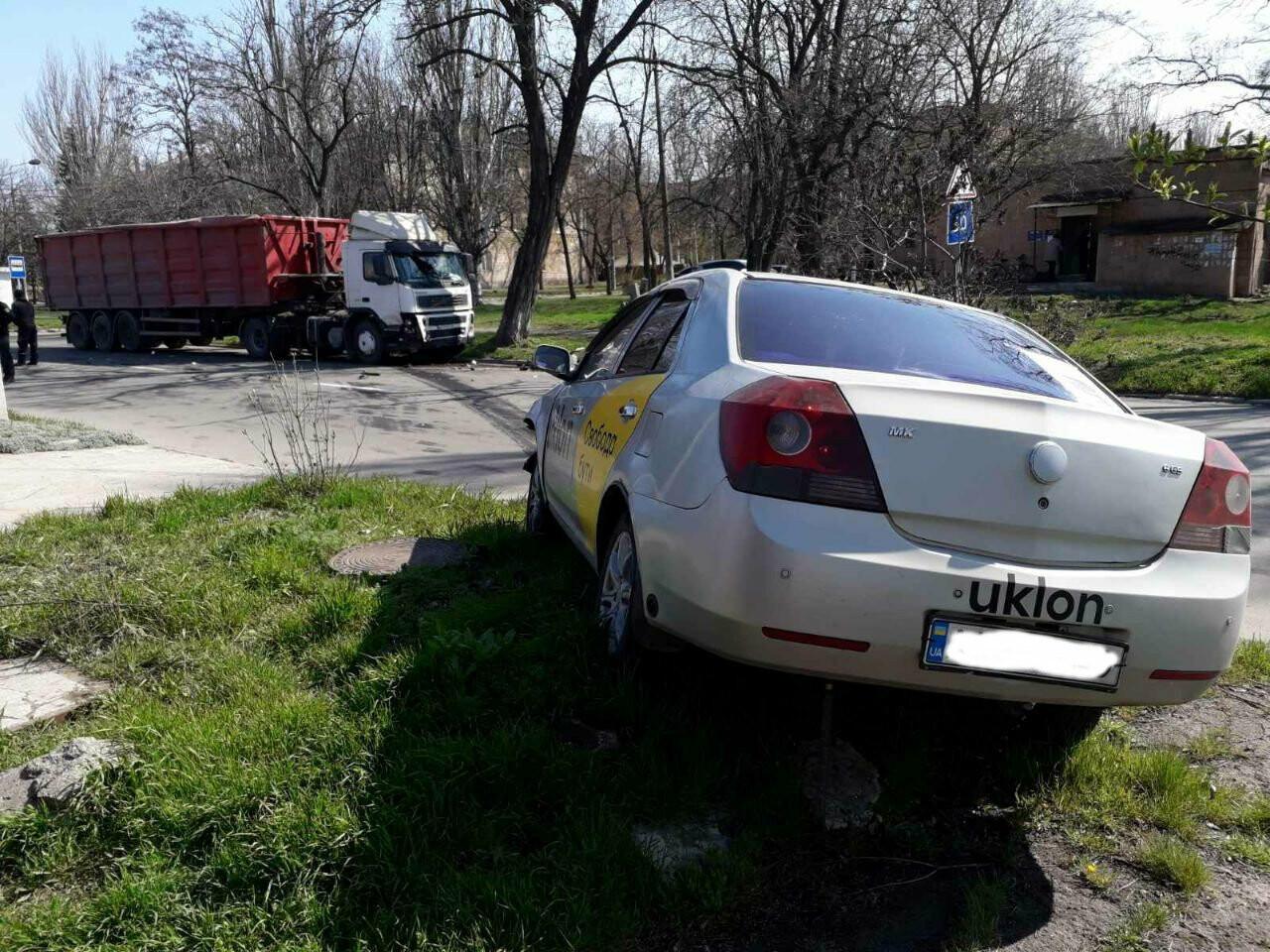 Тройное ДТП с пострадавшими. В Мариуполе столкнулись две легковушки и грузовик,  - ФОТО, фото-10