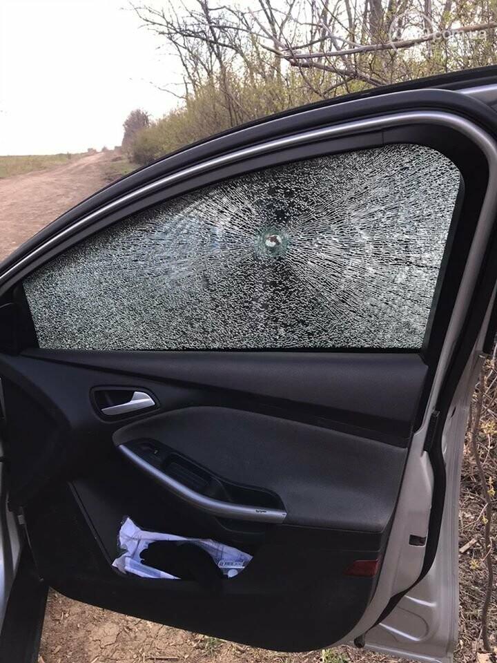 Боевики обстреляли автомобиль журналистов и ранили жительницу Марьинки, - ФОТО, фото-2