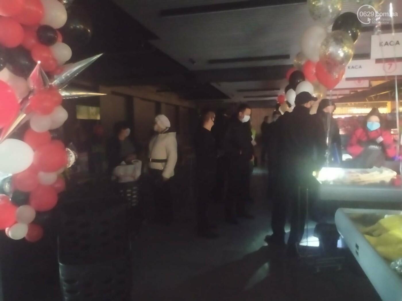 Мариупольцы в нарушение карантина штурмуют новый супермаркет, - ФОТО, ВИДЕО, фото-12