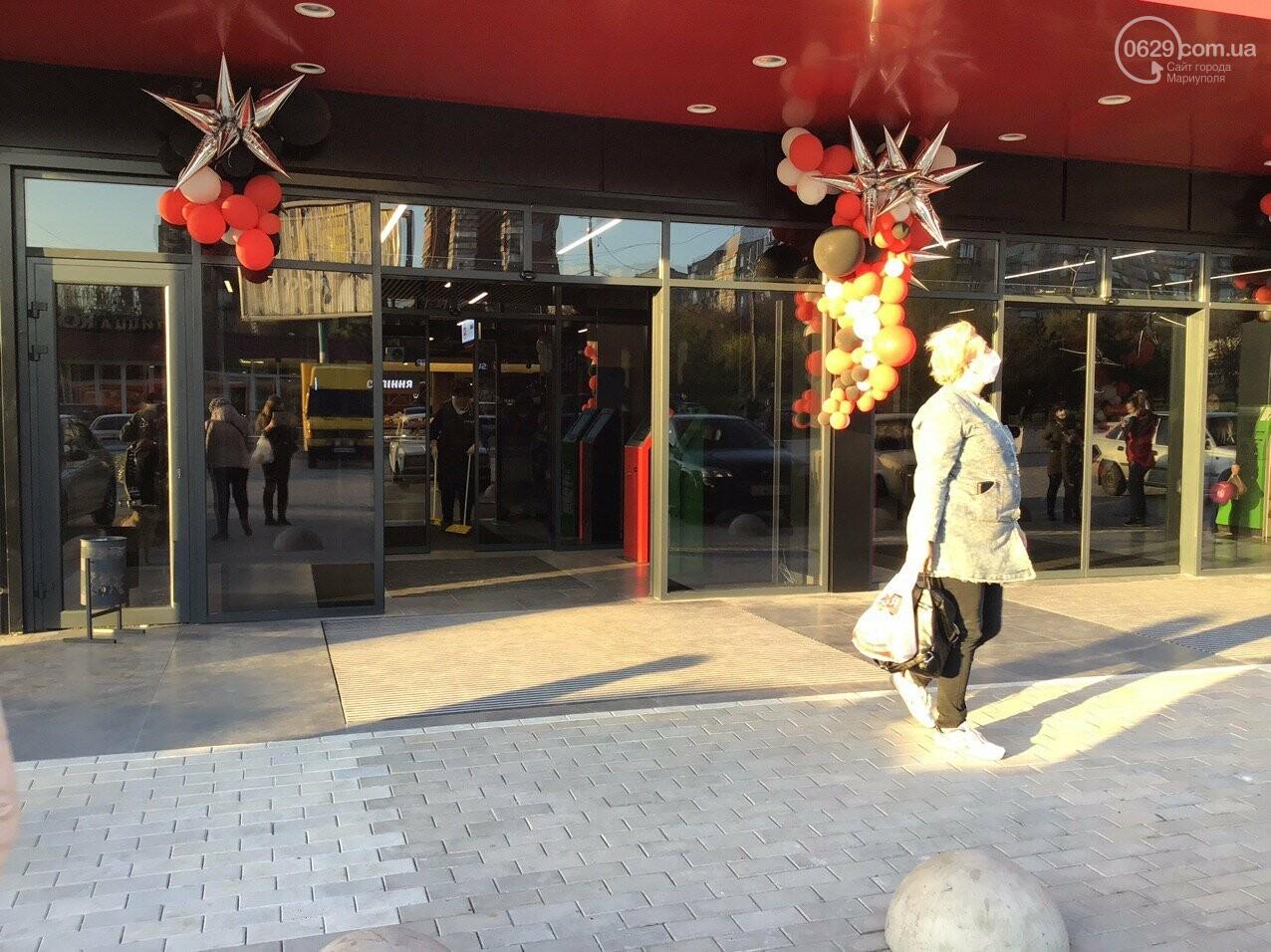 Скандальный супермаркет в Мариуполе возобновил свою работу после отъезда полиции, - ФОТО, фото-2