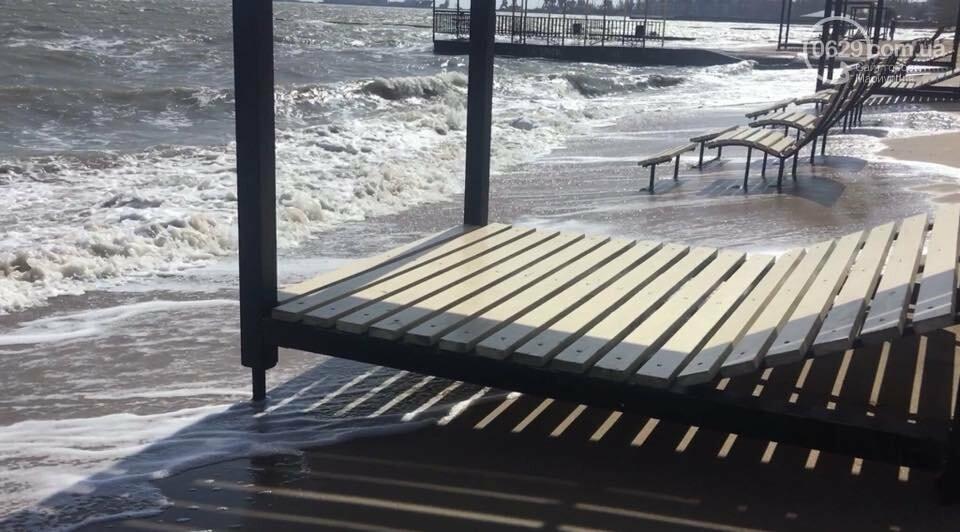Море штормит! В Мариуполе огромные волны затапливают городской пляж,- ВИДЕО, фото-2
