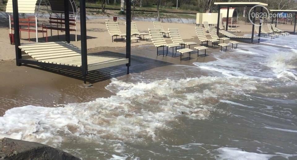 Море штормит! В Мариуполе огромные волны затапливают городской пляж,- ВИДЕО, фото-1