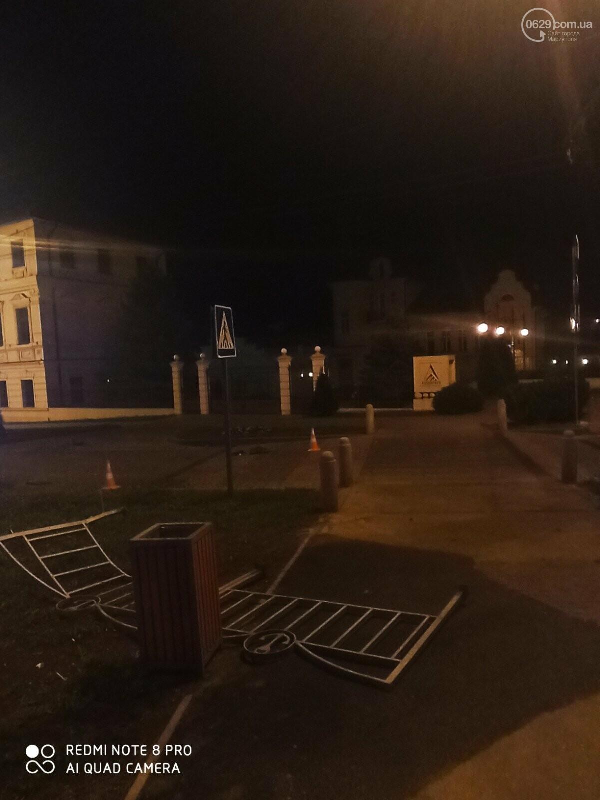 В центре Мариуполя водитель-лихач поехал по встречке и снес забор у драмтеатра, - ФОТО, фото-1