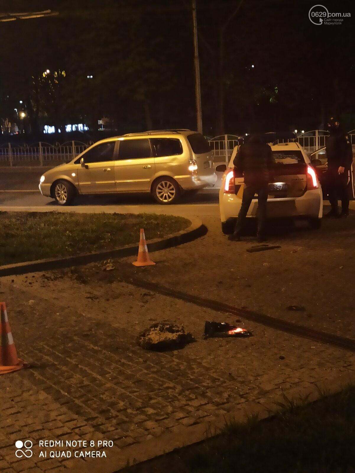 В центре Мариуполя водитель-лихач поехал по встречке и снес забор у драмтеатра, - ФОТО, фото-3