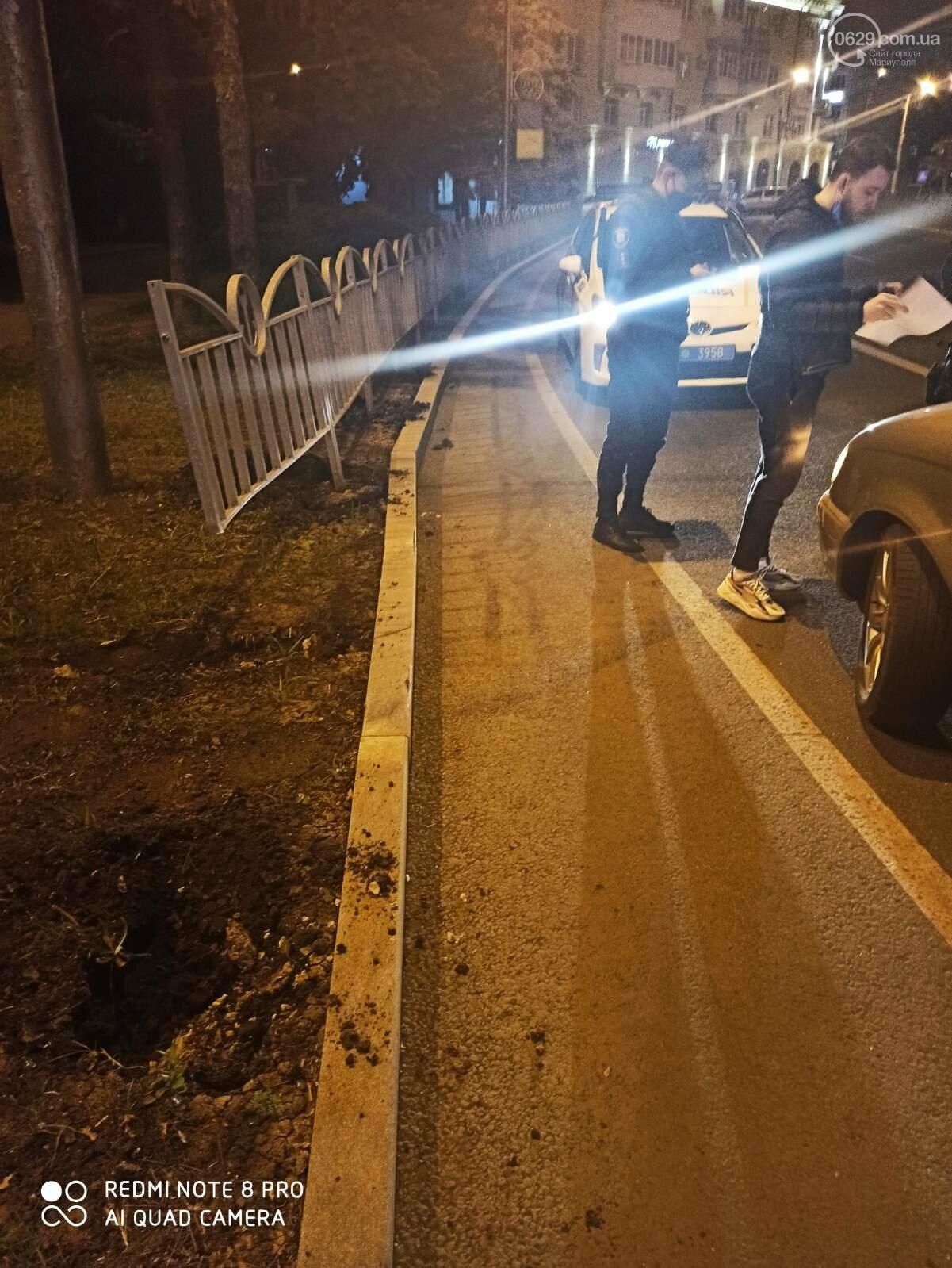В центре Мариуполя водитель-лихач поехал по встречке и снес забор у драмтеатра, - ФОТО, фото-5