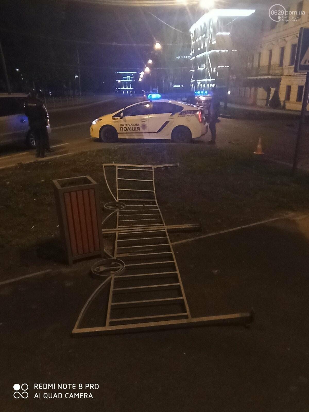 В центре Мариуполя водитель-лихач поехал по встречке и снес забор у драмтеатра, - ФОТО, фото-6