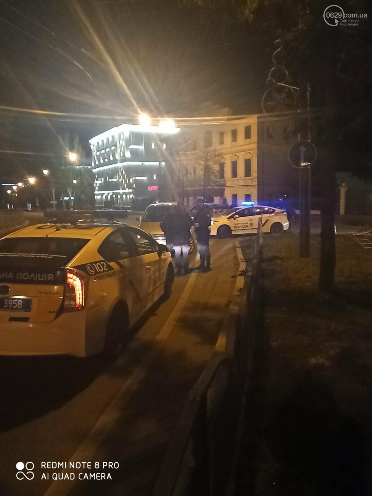 В центре Мариуполя водитель-лихач поехал по встречке и снес забор у драмтеатра, - ФОТО, фото-4