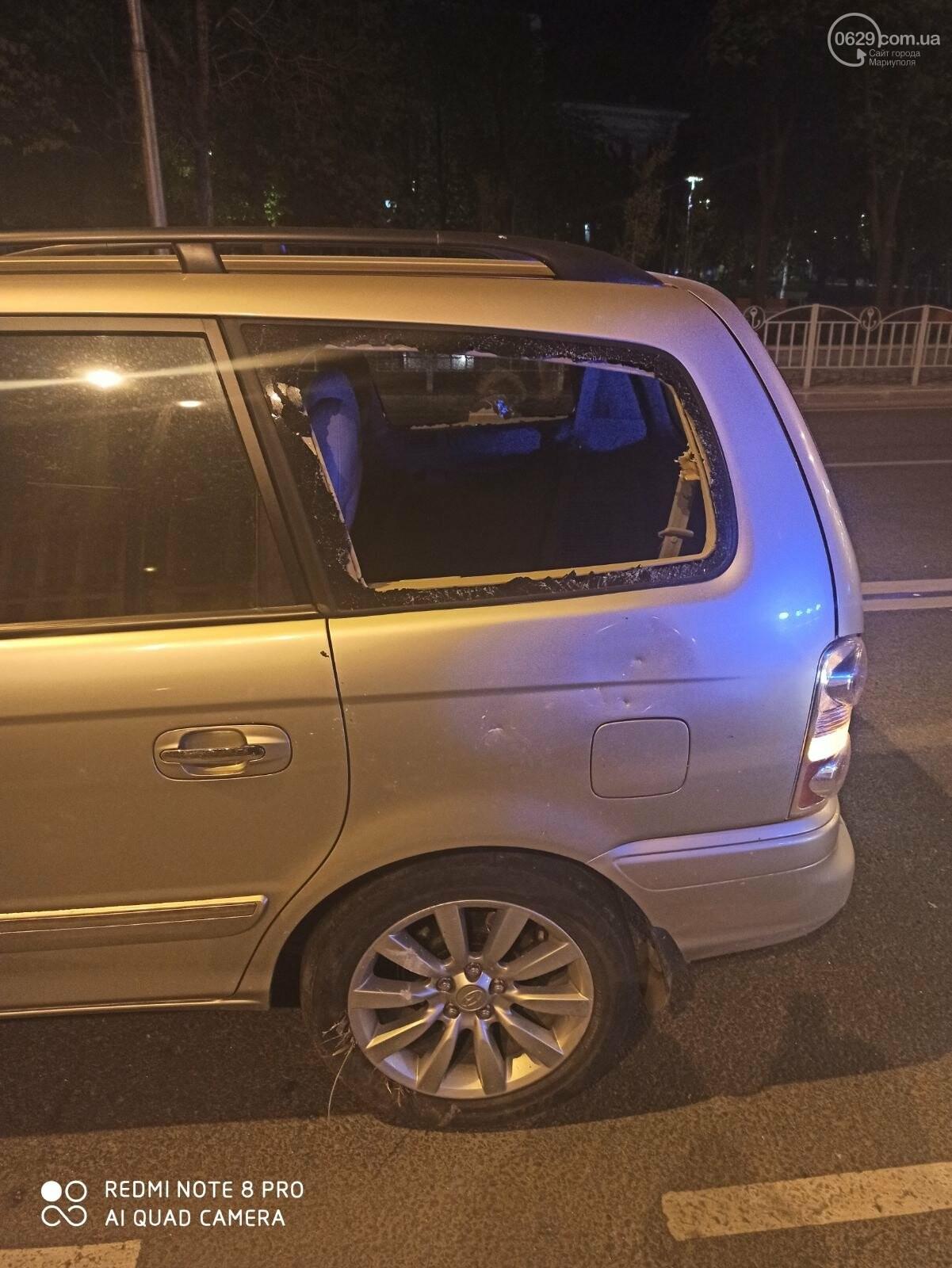 В центре Мариуполя водитель-лихач поехал по встречке и снес забор у драмтеатра, - ФОТО, фото-2