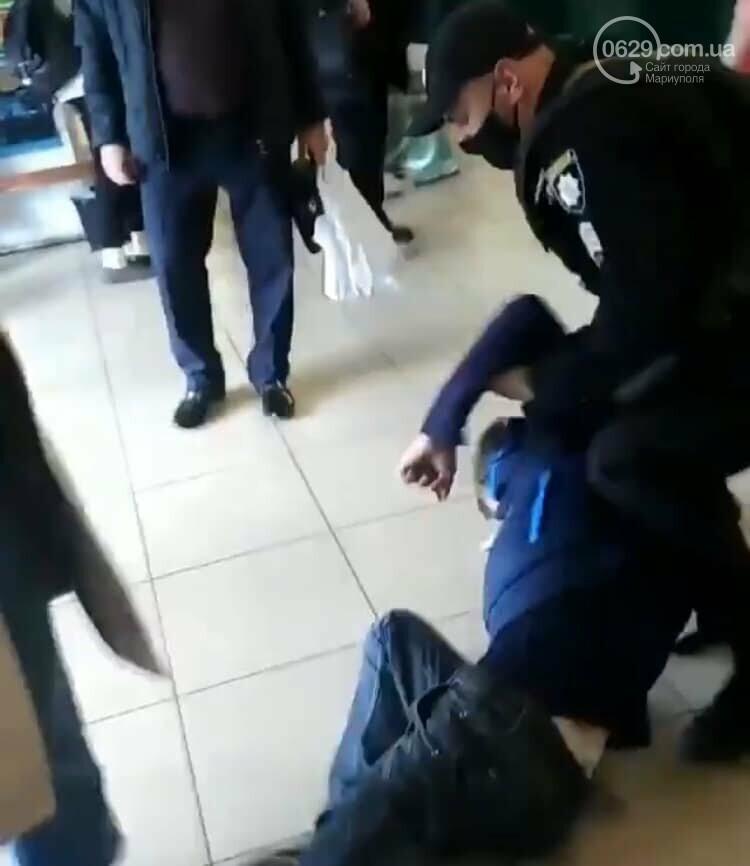 Полиция заломила руки мариупольцу, который хотел зайти в супермаркет без маски, - ФОТО, фото-1