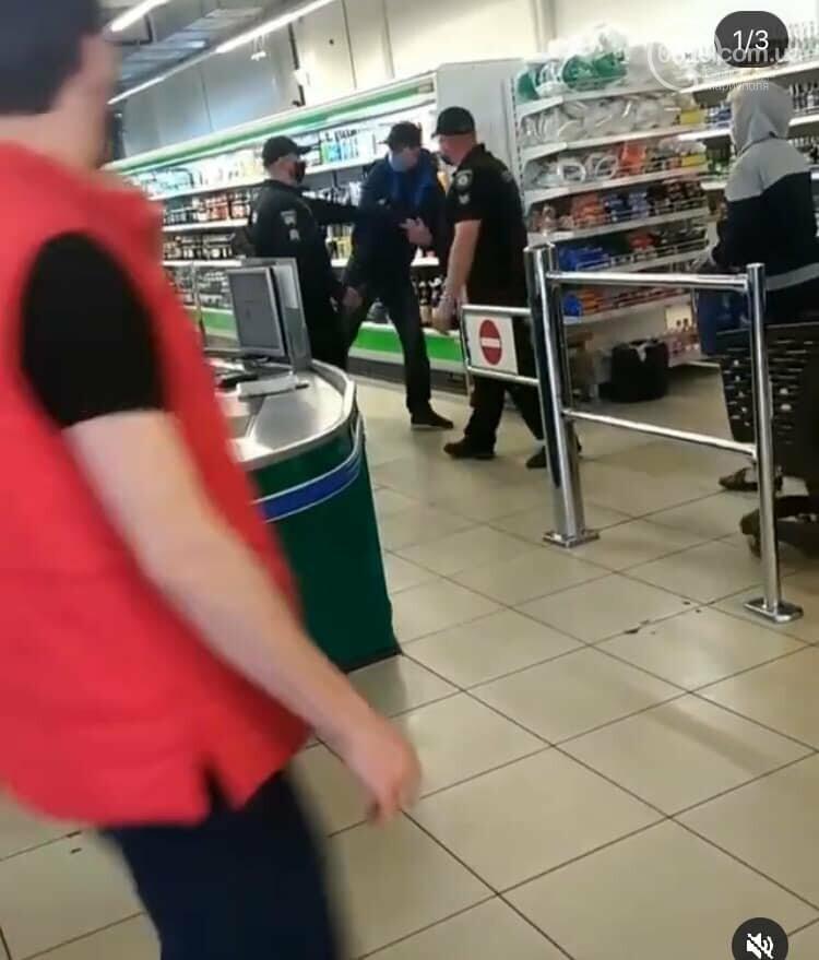 Полиция заломила руки мариупольцу, который хотел зайти в супермаркет без маски, - ФОТО, фото-3