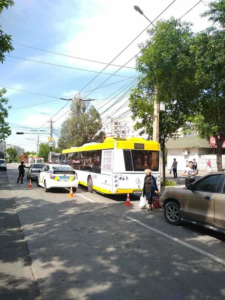 В Мариуполе  водитель ВАЗа сбил кондуктора автобуса,- ФОТО, фото-2