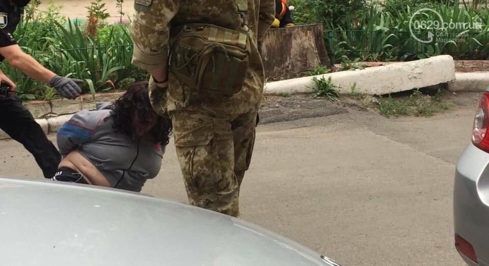 В Мариуполе женщина била автомобили и  напала на дворника,- ФОТО, ВИДЕО, фото-1