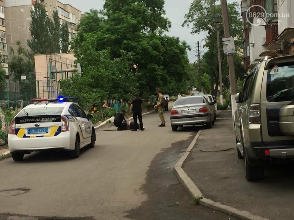 В Мариуполе женщина била автомобили и  напала на дворника,- ФОТО, ВИДЕО, фото-5