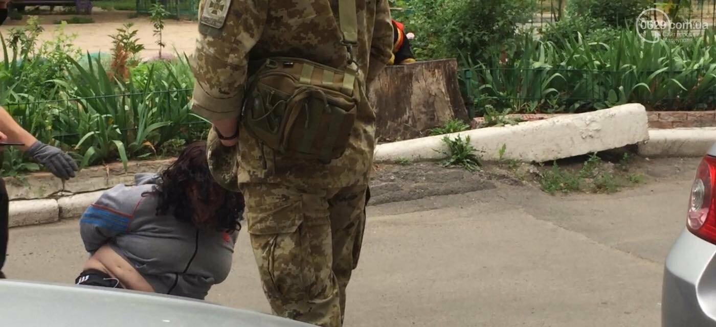 В Мариуполе женщина била автомобили и  напала на дворника,- ФОТО, ВИДЕО, фото-3
