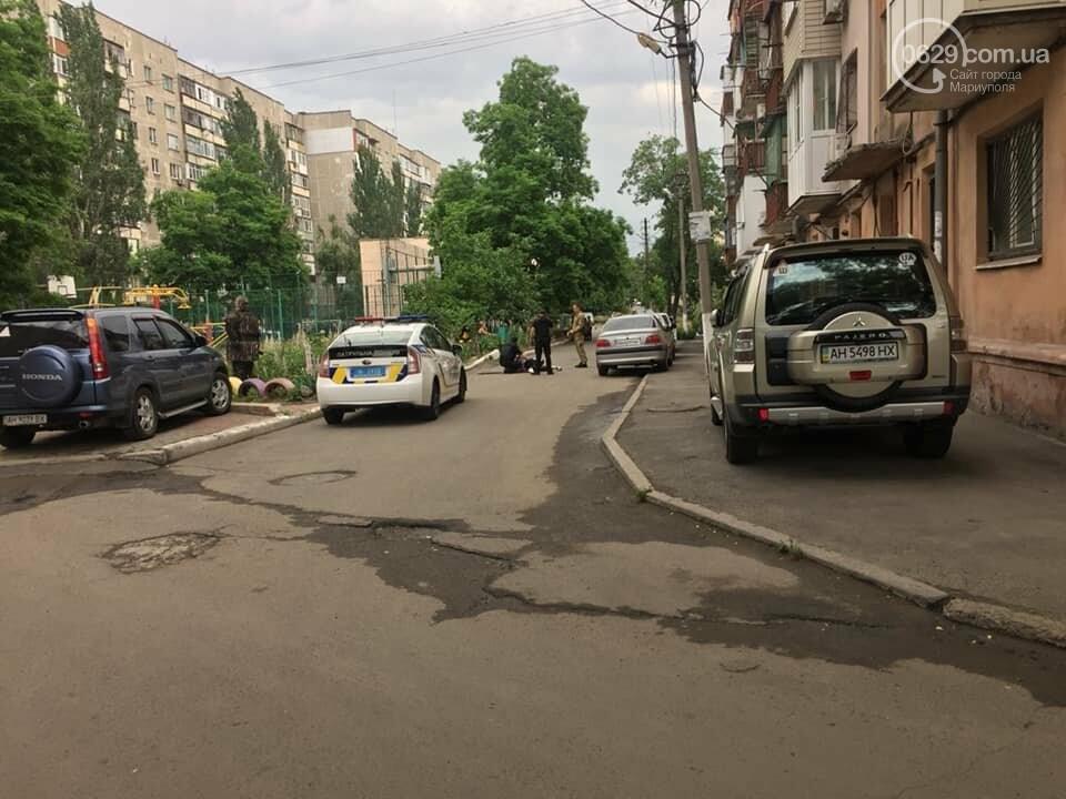 В Мариуполе женщина била автомобили и  напала на дворника,- ФОТО, ВИДЕО, фото-4