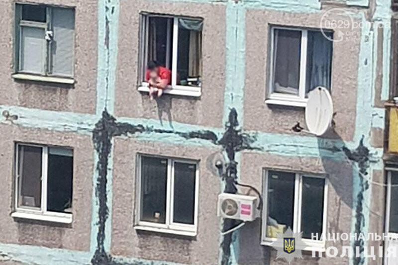 Странное происшествие. В Мариуполе женщина выставила в окно ребенка, - ФОТОФАКТ, фото-1