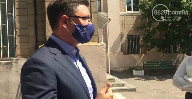 Мэр Мариуполя теперь ходит в специальной маске, - ФОТО, фото-1