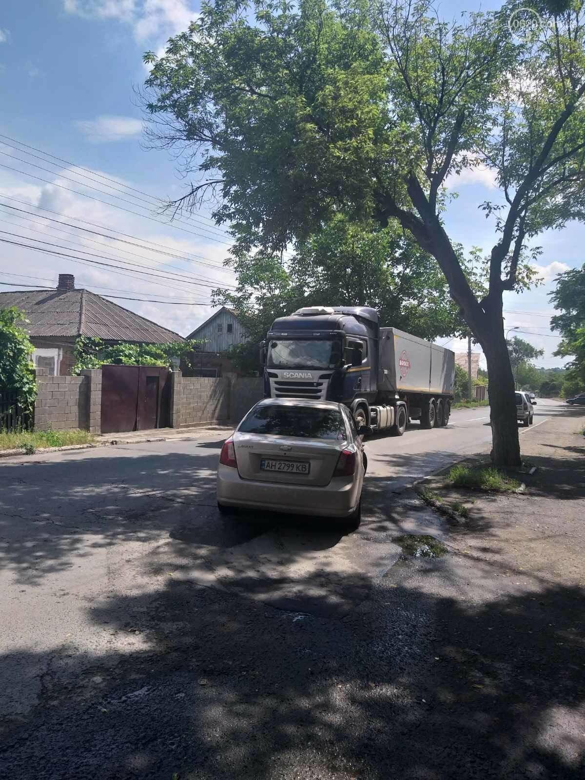 В Мариуполе фуры убивают улицу Бахмутскую. Местные жители в шоке, - ФОТО, фото-1