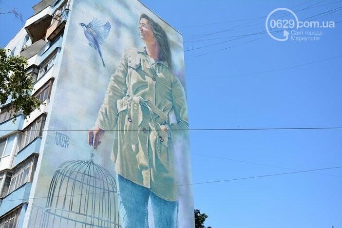 Кто и зачем нарисовал женщину в центре Мариуполя, - ФОТО, фото-1