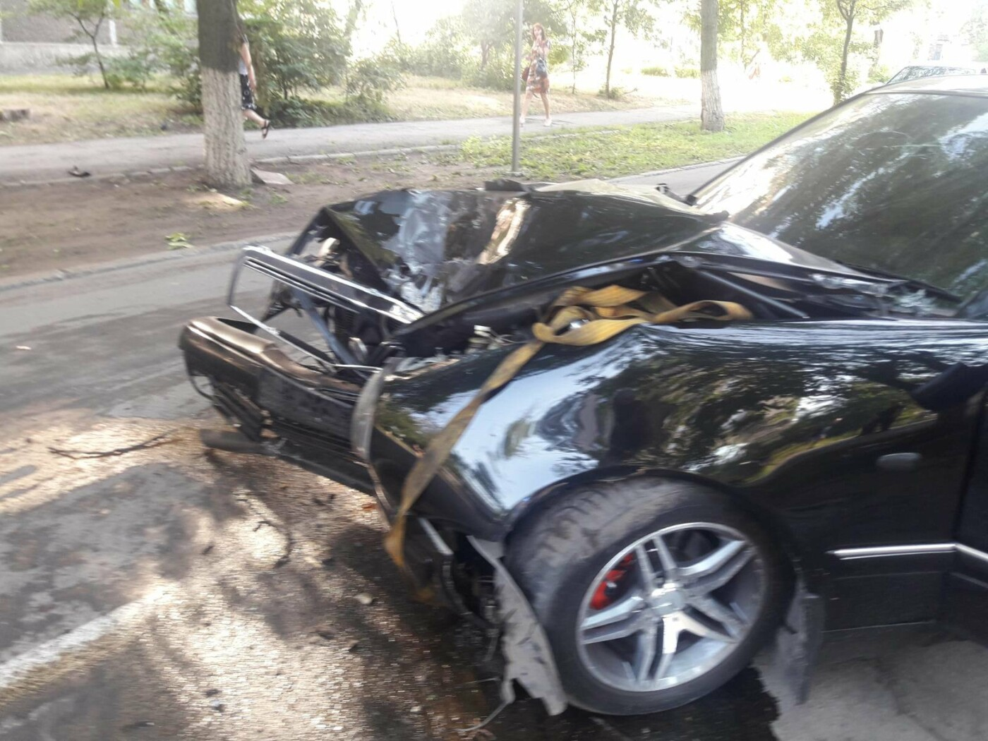 В Мариуполе Мерседес влетел в дерево. Пострадал водитель, - ФОТО, ВИДЕО, фото-3