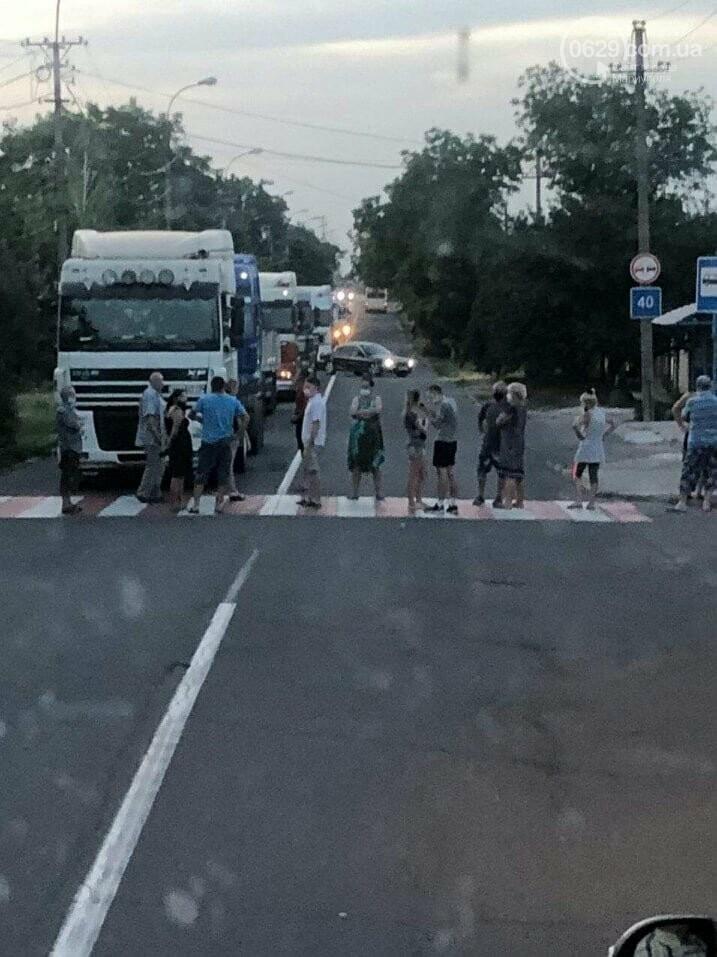 В Мариуполе жители улицы Флотской перекрыли дорогу, - ФОТО, ВИДЕО, фото-1