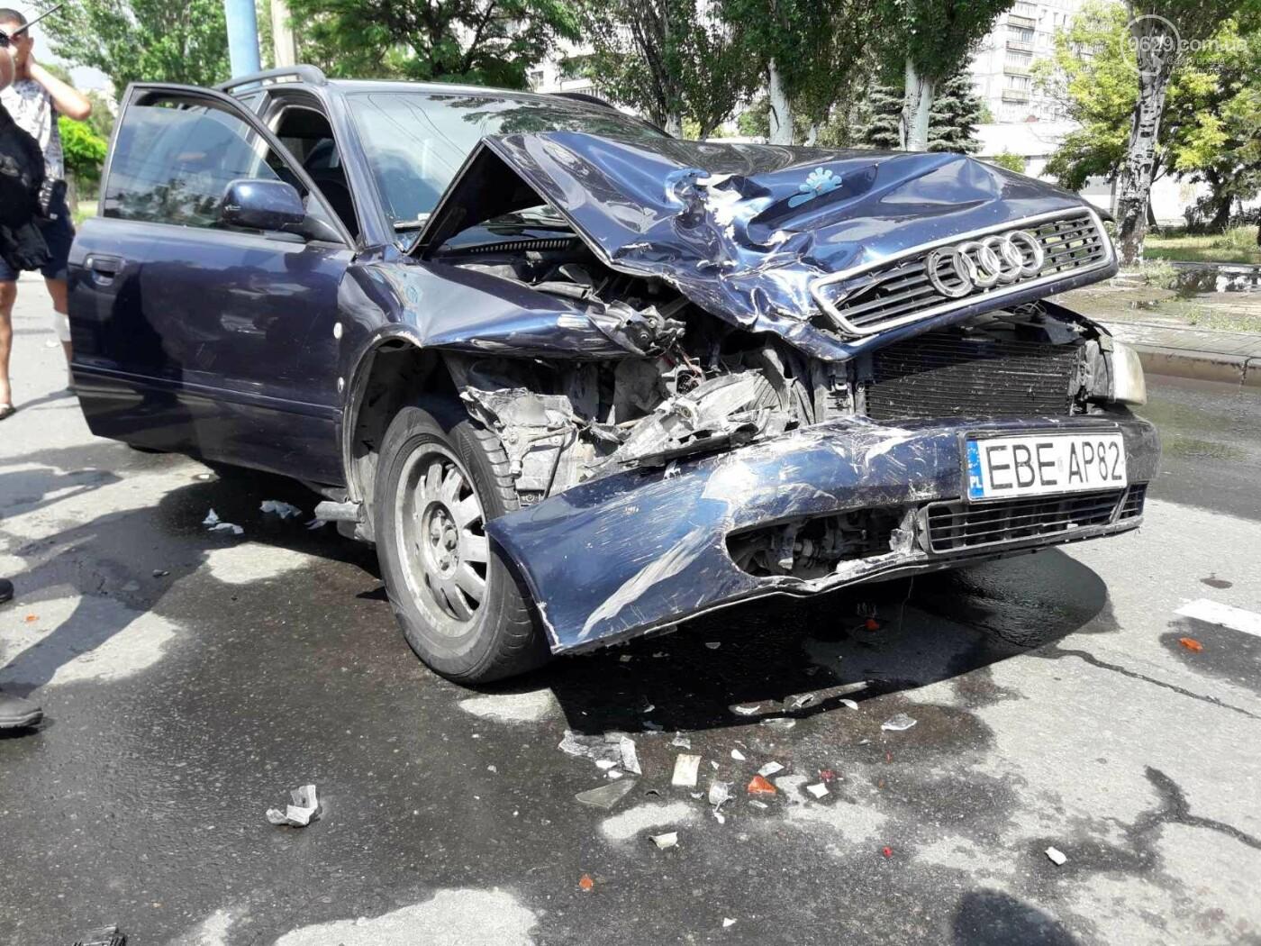 В Мариуполе Audi на полном ходу врезался в ВАЗ. Есть пострадавший, - ФОТО, фото-1