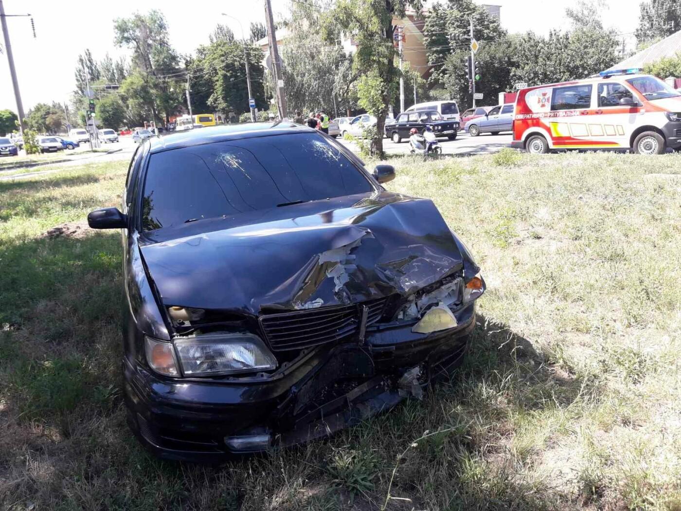 Снова ДТП! В Мариуполе на опасном перекрестке столкнулись Nissan и Mercedes. Пострадала девушка-водитель, - ФОТО, ВИДЕО, фото-1