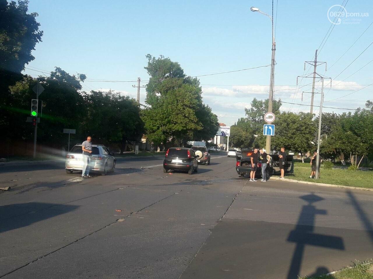 """ДТП """"всмятку"""". В Мариуполе столкнулись """"Мазда"""" и """"Фольксваген"""", фото-2"""