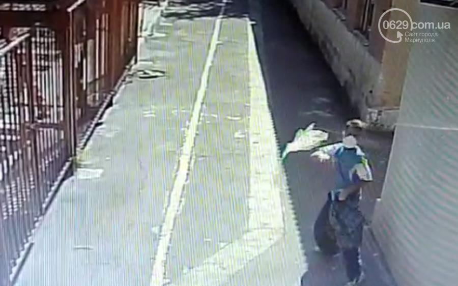 В Мариуполе неизвестный  с топором напал на синагогу,- ВИДЕО, фото-1