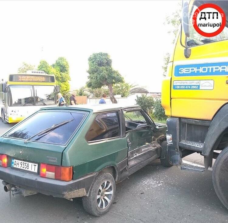 В Мариуполе легковушка столкнулась с зерновозом,-ФОТО, фото-2