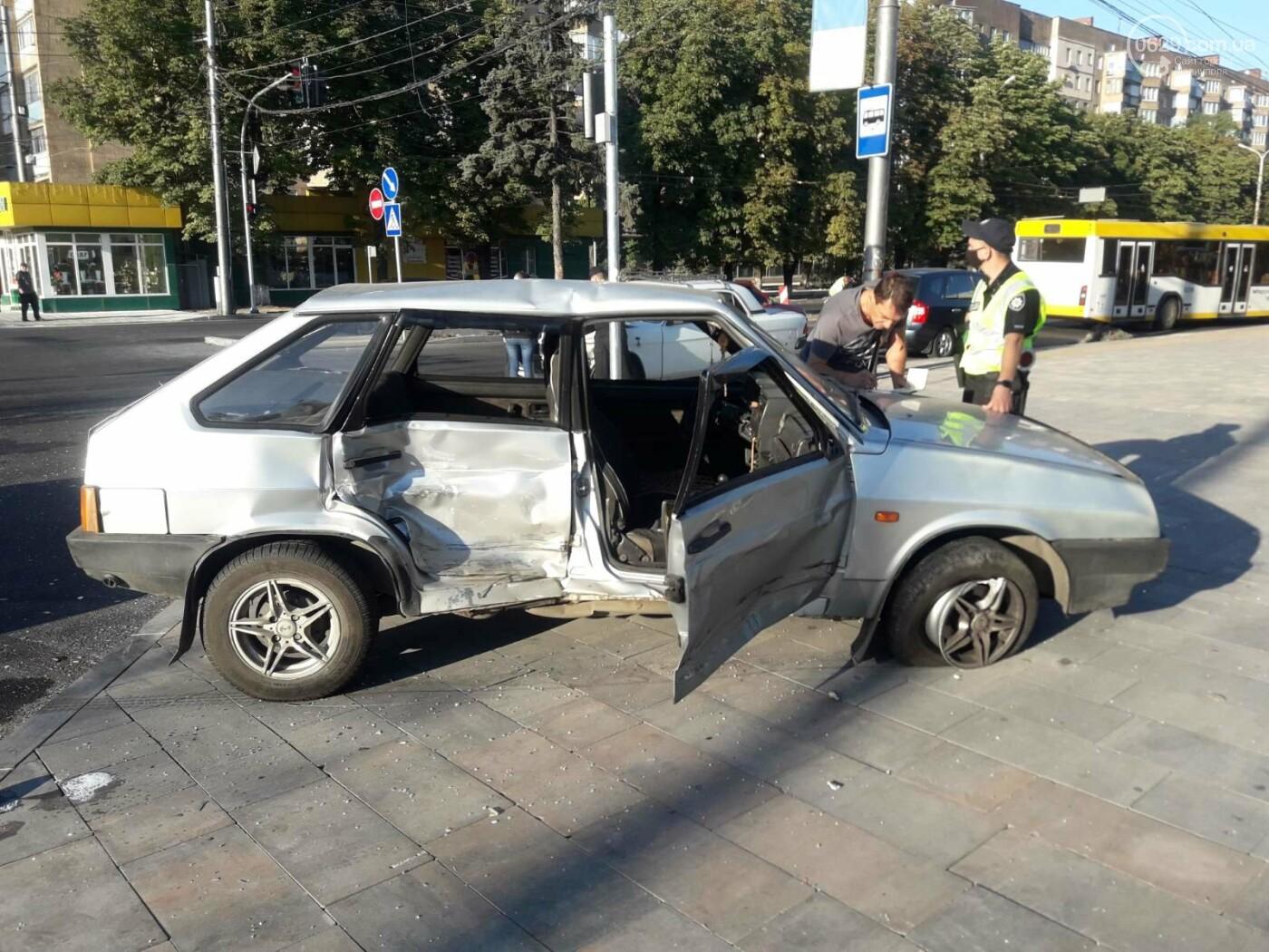 """В центре Мариуполя столкнулись 'Волга' и """"девятка"""". Есть пострадавшие, - ФОТО, фото-2"""