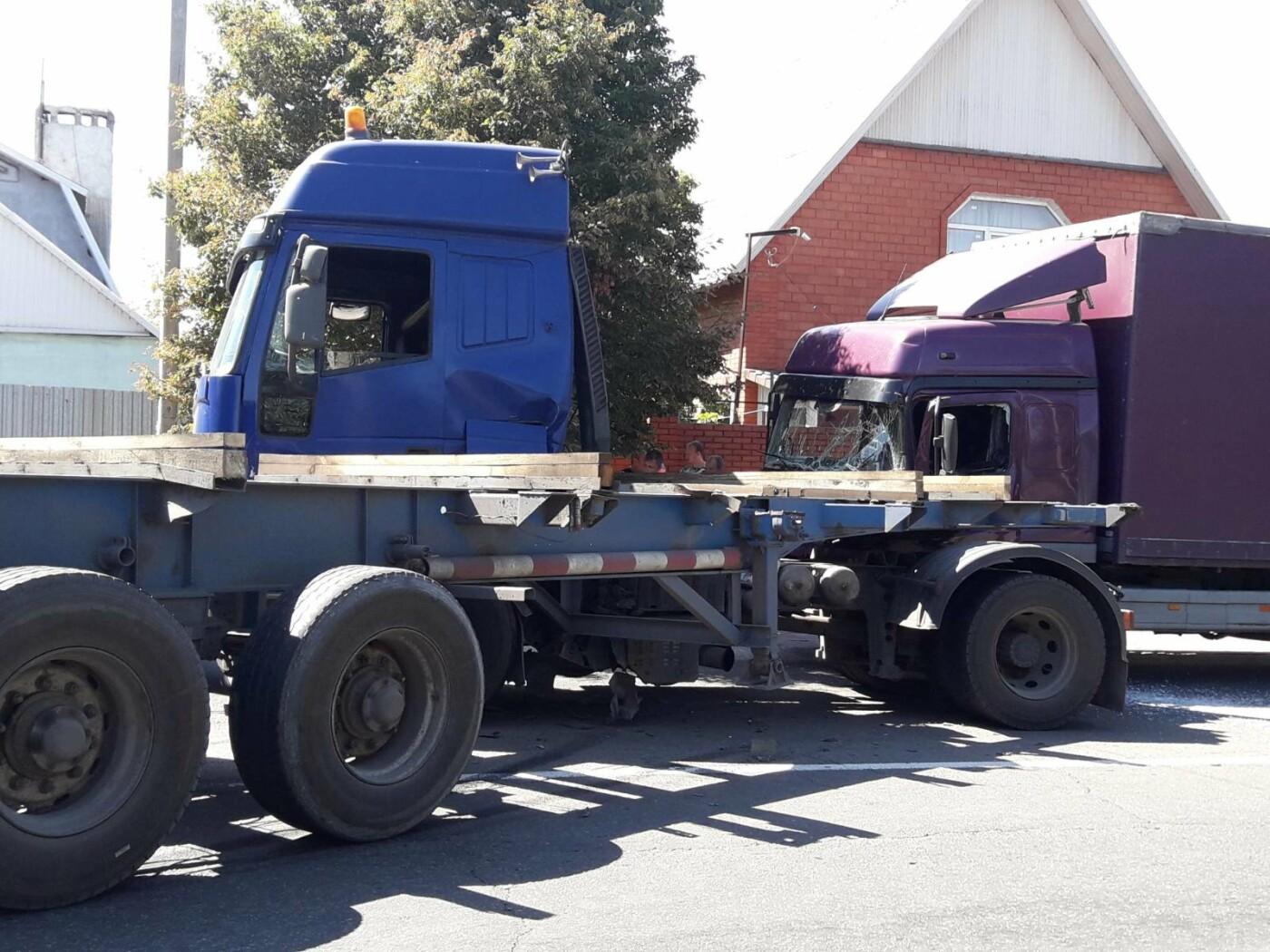 ДТП в Мариуполе: столкнулись два грузовика и перекрыли дорогу, - ФОТО, ВИДЕО, фото-1