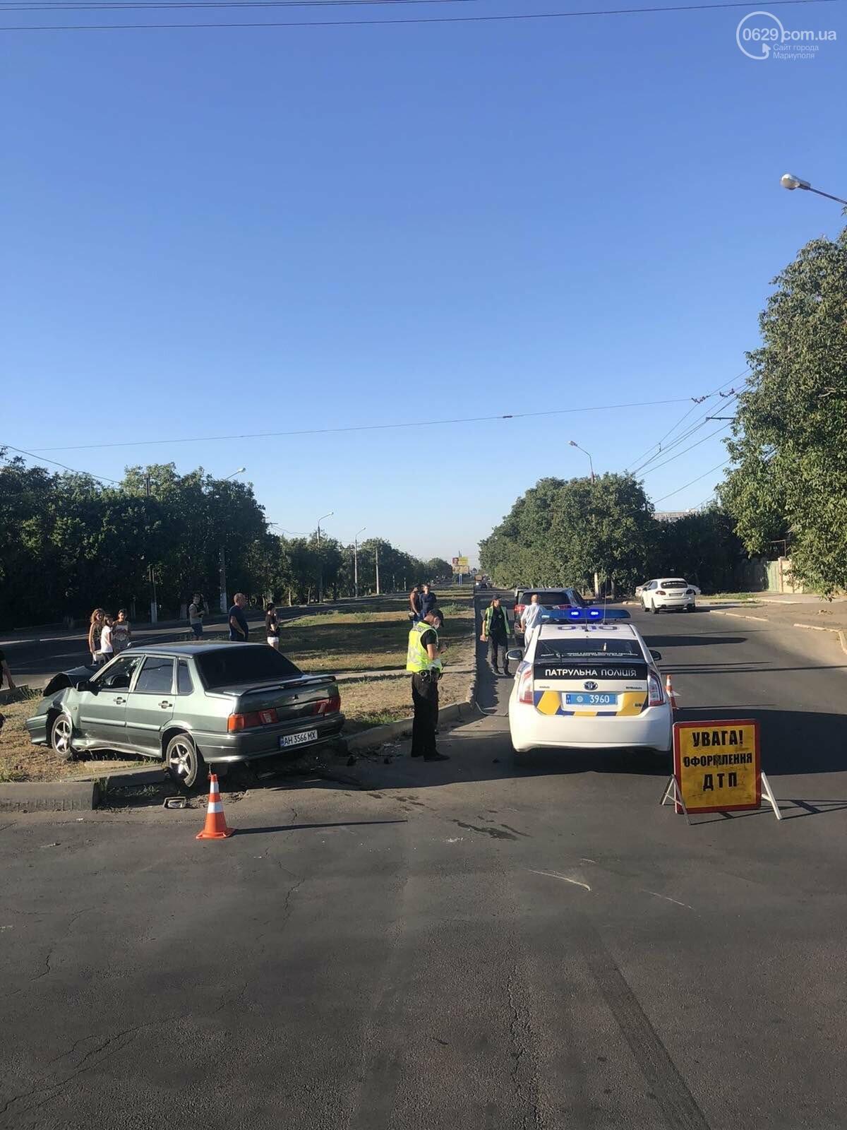 В Мариуполе на перекрестке столкнулись ВАЗ и Toyota. Пострадал 23-летний парень, - ФОТО, фото-1
