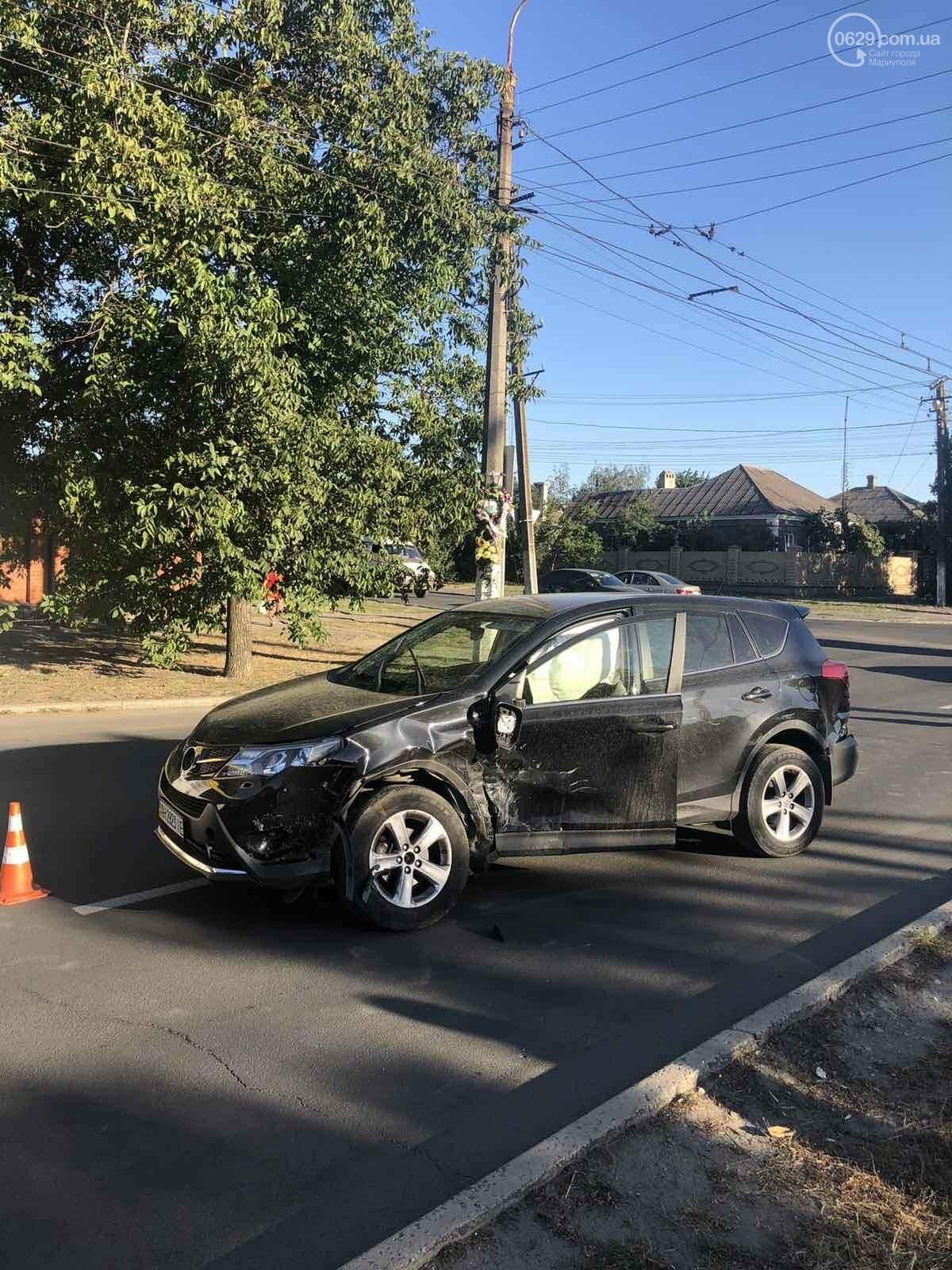 В Мариуполе на перекрестке столкнулись ВАЗ и Toyota. Пострадал 23-летний парень, - ФОТО, фото-2