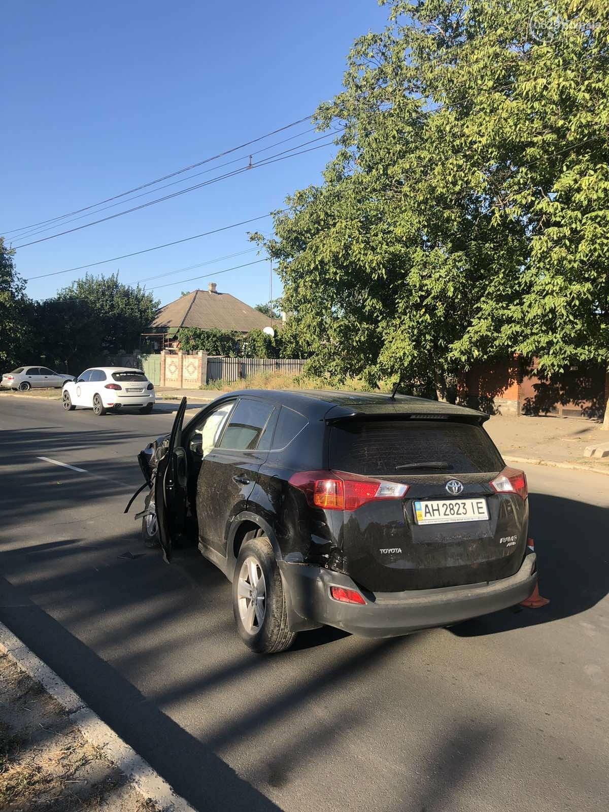 В Мариуполе на перекрестке столкнулись ВАЗ и Toyota. Пострадал 23-летний парень, - ФОТО, фото-3