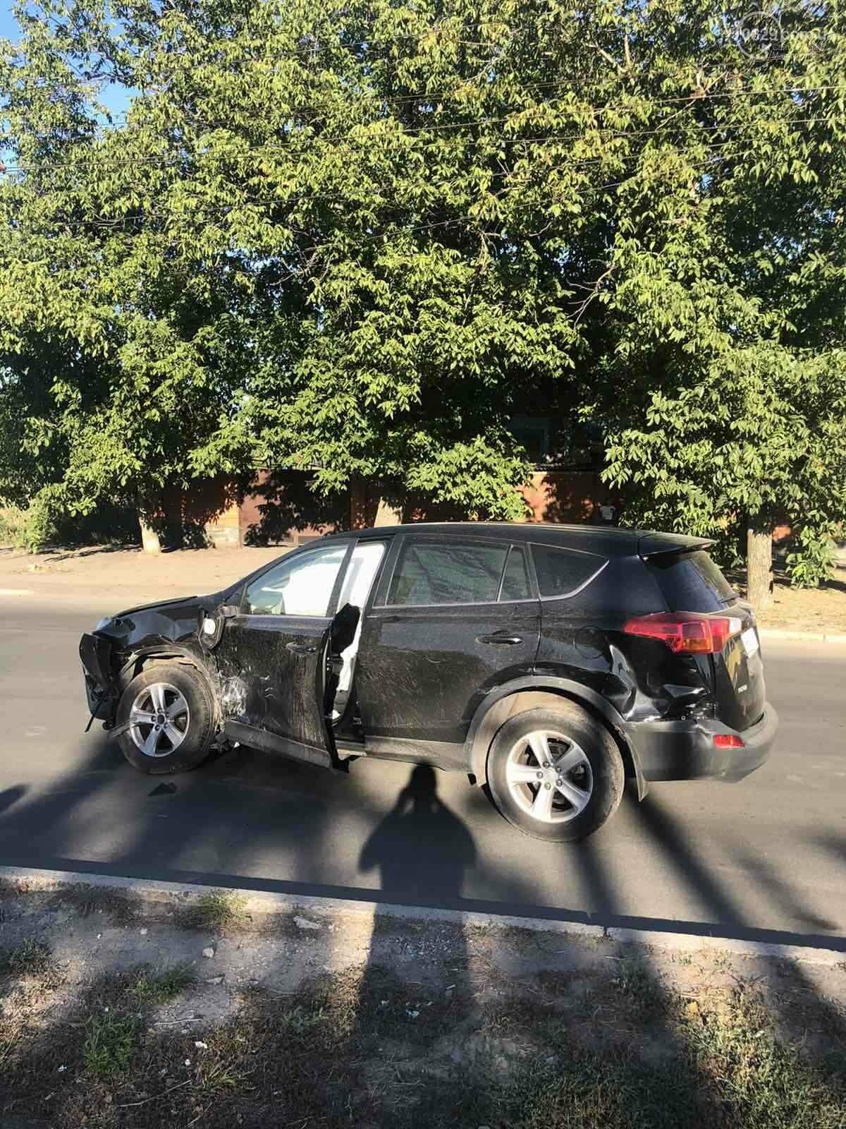 В Мариуполе на перекрестке столкнулись ВАЗ и Toyota. Пострадал 23-летний парень, - ФОТО, фото-8