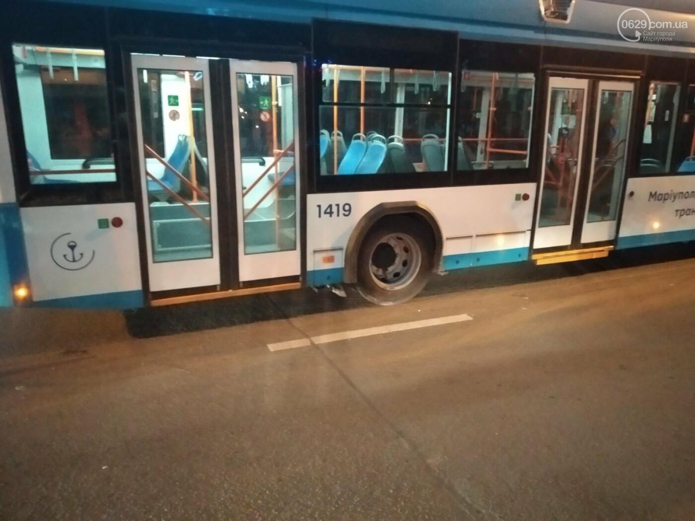 В Мариуполе столкнулись троллейбус и «Волга». Пострадал ребенок, - ФОТО, фото-3