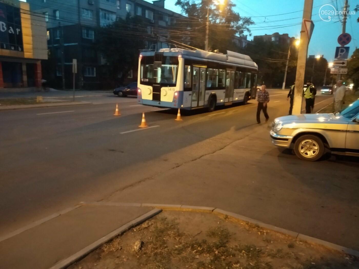 В Мариуполе столкнулись троллейбус и «Волга». Пострадал ребенок, - ФОТО, фото-1