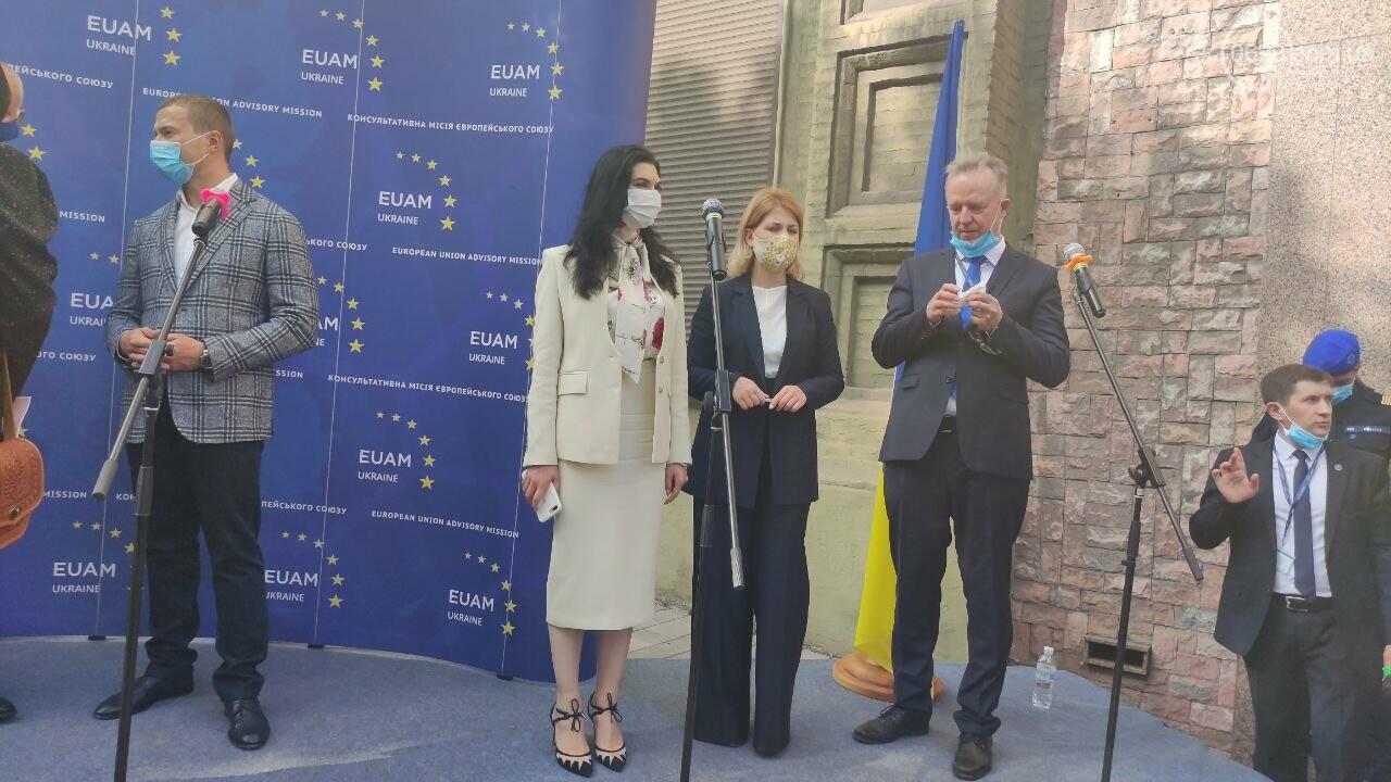 В Мариуполе открылось представительство ЕС. Журналистов внутрь не пустили, - ФОТОРЕПОРТАЖ, фото-4