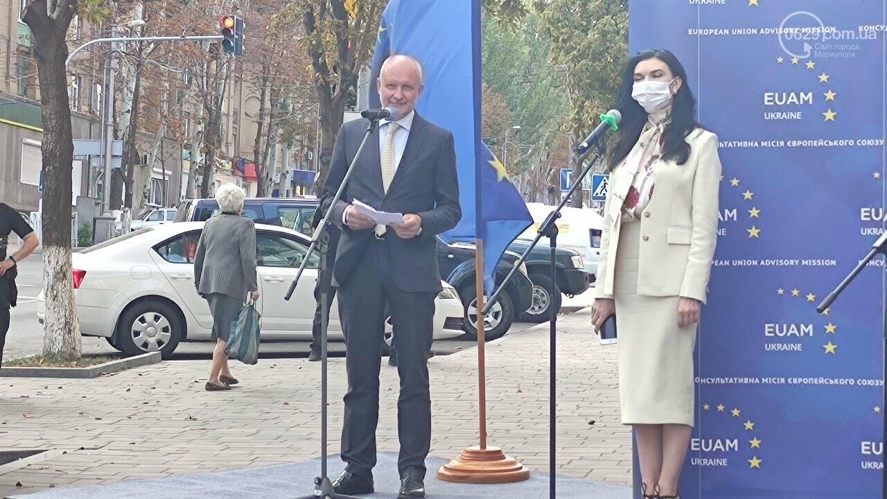 В Мариуполе открылось представительство ЕС. Журналистов внутрь не пустили, - ФОТОРЕПОРТАЖ, фото-2