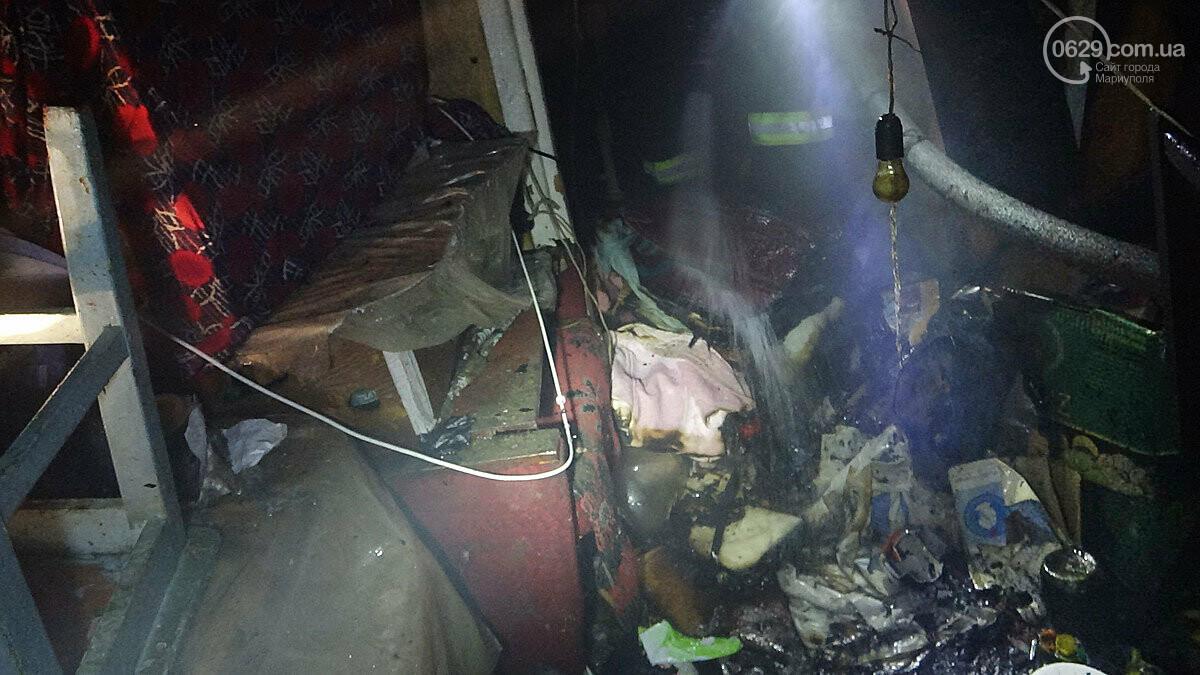 Пожар в квартире мариупольского Плюшкина. Хлам залили водой. Пострадал мужчина, - ФОТО, фото-13