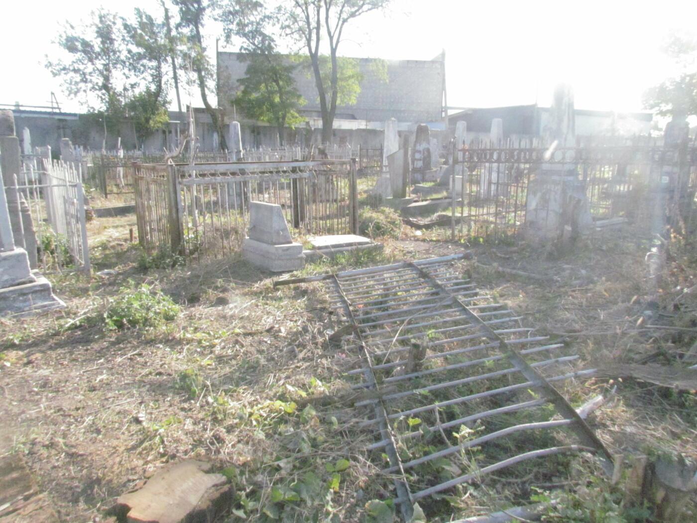 """""""Тут была война?"""" В Мариуполе кто-то крушит могилы на старом кладбище, - ФОТОРЕПОРТАЖ , фото-4"""